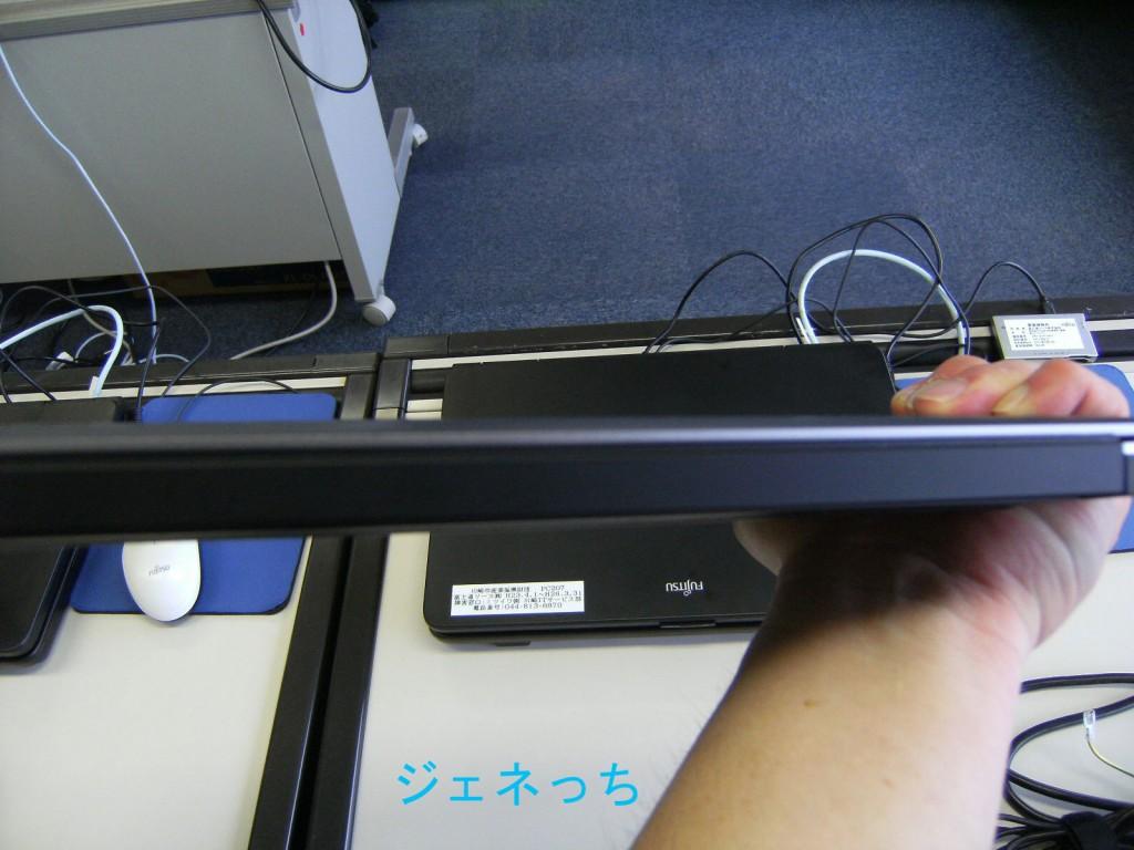 XPS13の薄さを撮影