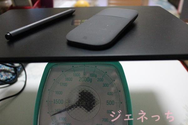 SurfaceLaptop2と、マウスとペンを一緒に量る